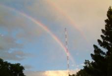 電塔與彩虹图片