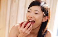 美女吃苹果图片