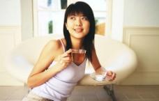 俏皮美女喝茶圖片