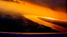日落灑滿一地金黃图片
