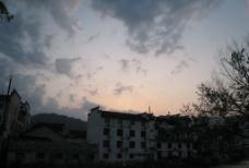 日落 霞光 房屋 云 树图片