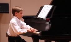 儿童弹钢琴图片