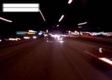 汽车在城市的夜晚疾驰图片