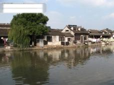 西塘风光 湖水 树 水中倒影 蓝天白云 房子