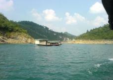 湖上小船图片
